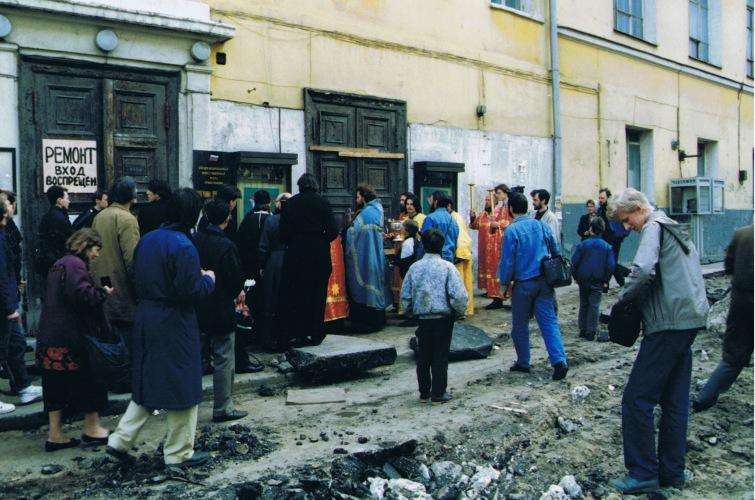 29 мая 1994 года. Молебен у стен оккупированного храма
