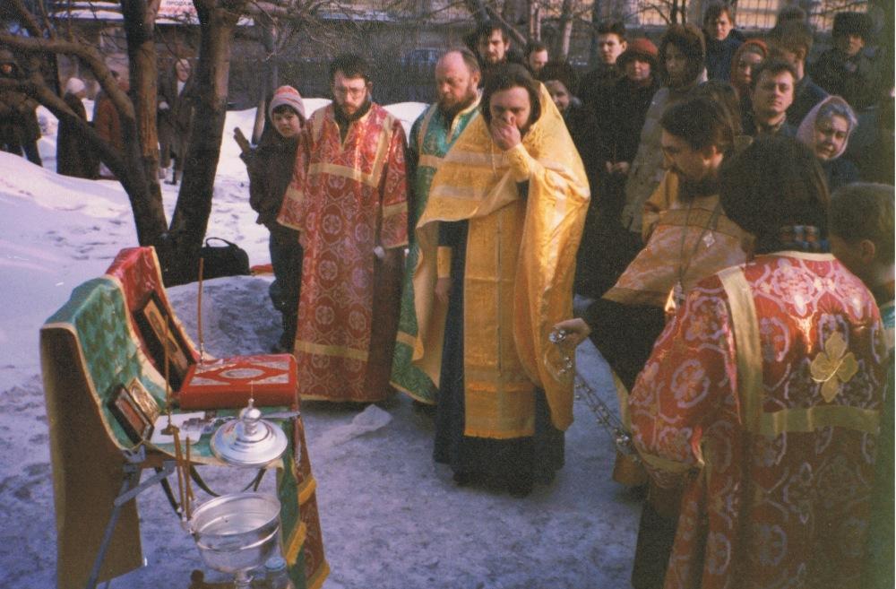 Март 1994 года. Первый молебен у стен храма